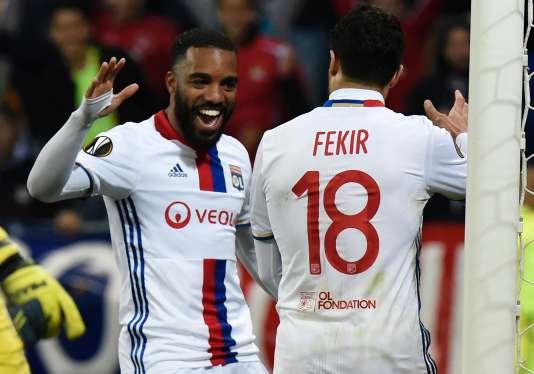 Alexandre Lacazette et Nabil Fekir lors du match d'Europa League contre l'AZ Alkmaar, le 23 février 2017.