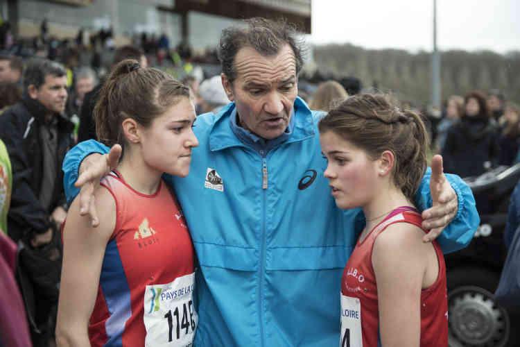 Daniel Aubry, entraîneur de l'AJ Blois Onzain, réconforte deux jeunes athlètes à l'arrivée de leur course.