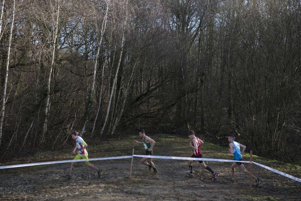 La longueur d'un cross éparpille les coureurs tout au long du parcours. S'accrocher au coureur devant soi est souvent la clé pour tenir le rythme.