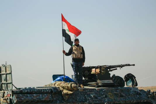 L'avancée des forces irakiennes est soutenue par des frappes aériennes de la coalition internationale dirigée par Washington – ici un membre de la police fédérale dans un village au sud de Mossoul, le 21 février 2017.