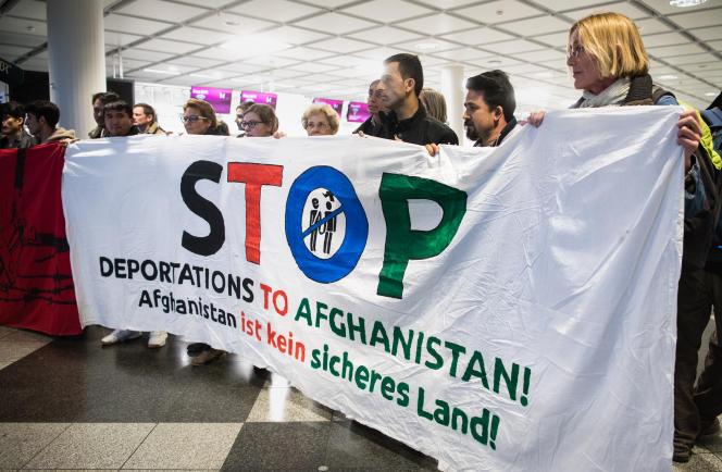 Manifestation contre des expulsions de réfugiés vers l'Afghanistan, à l'aéroport de Munich, le 22 février.