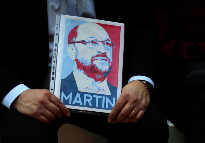 Un militant du SPD tient une image de Martin Schluz, le 29 janvier lors d'une conférence du parti.