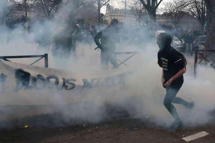 Place de la Nation, des manifestants ont jeté des pierres et divers projectiles, puis tenté de forcer les barrages des policiers, qui ont riposté par des tirs de gaz lacrymogène.