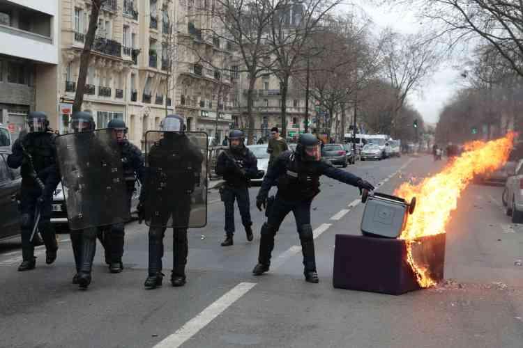 Un canapé et une poubelle en feu au milieu de la rue, dans le quartier de la Nation, jeudi 23 février.
