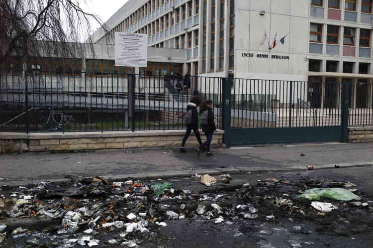 Devant le lycée Henri-Bergson (19earrondissement), après les heurts qui ont opposé manifestants et forces de l'ordre.