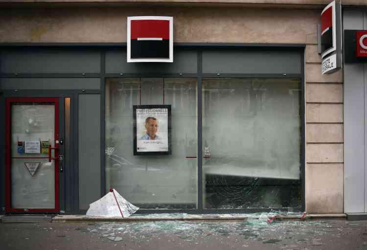 Après les affrontements, place de la Nation, des jeunes manifestants, pour certains encagoulés, se sont attaqués à plusieurs voitures et des agences bancaires, a relaté une journaliste de l'Agence France-Presse.
