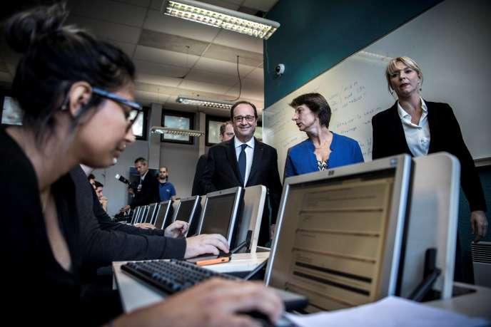 Le président François Hollande rend visite à la Grande Ecole du numérique, à Paris, le 3 octobre 2016.