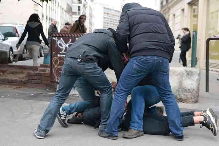 Des policiers en civil interpellent un homme dans le quartier de la Nation, jeudi23février au matin. La préfecture de police a annoncé onze interpellations à la suite du rassemblement.