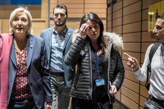 Marine Le Pen accompagnée de sa chef de cabinet de Catherine Griset (à droite) à Lyon le 22 février.