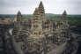 Vue de la terrasse supérieure des cinq tours d'Angkor Vat au Cambodge, dont les décors ciselés dans le grès se dégradent.