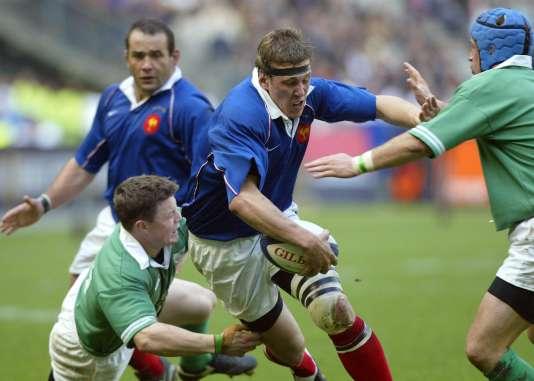 Imanol Harinordoquy enfonce la défense irlandaise lors de la plus large victoire du XV de France face au XV du trèfle (44 à 5), le 6avril 2002, au Stade de France.