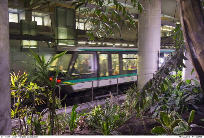 La serre intérieure présente dans la station de métro Gare-de-Lyon, du côté droit des rames en direction d'Olympiades.