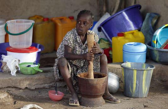 Une enfant, déplacée à la suite des attaques de Boko Haram, dans un camp de Yola, dans le nord-est du Nigeria, le 14 janvier 2015.