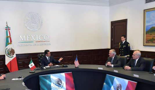 Le président mexicain Enrique Peña Nieto reçoit le secrétaire d'Etat américain, Rex Tillerson, etle secrétaire américain à la sécurité intérieure, John Kelly, le 23 février à Mexico.
