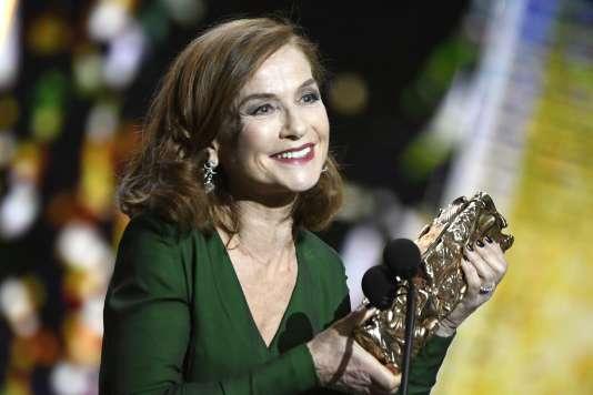 Isabelle Huppert reçoit son César, vendredi 24 février 2017.
