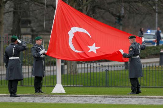 Des soldats allemands hissent le drapeau turc après la présentation des lettres de créance de l'ambassadeur turc en Allemagne, Ali Kemal Aydin,au président allemand, Joachim Gauck, le 13 décembre 2016.