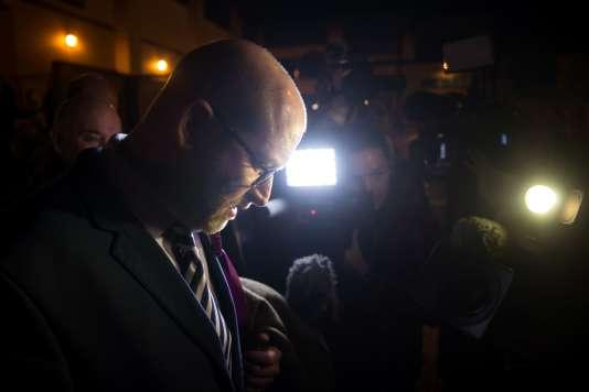Paul Nuttall, le chef du UKIP, quitte son quartier général après son échec à la législative partielle de Stoke-on-Trent, le 23 février 2017.