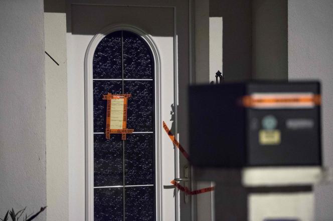 La porte de la maison de la famille disparue fermée par des scellés, à Orvault (Loire-Atlantique) le 24 février.