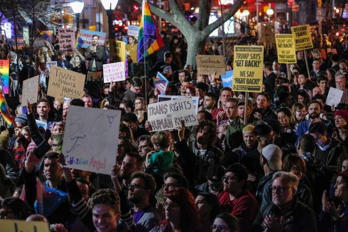 A New York, le 23 février, un rassemblement était organisé pour demander le maintien de la protection des droits des personnes transgenres.