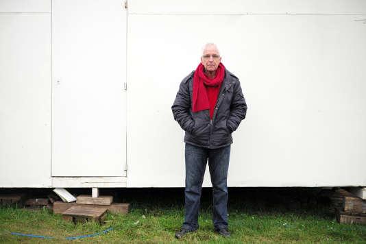 Jean-Claude Lenoir, président de l'association Salam, pose le 22 février à Calais.