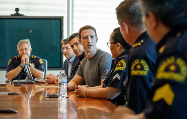 Mark Zuckerberg avec des policiers, à Dallas.