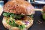 Burger végétal de La Boucherie Végétarienne, place d'Aligre, à Paris.