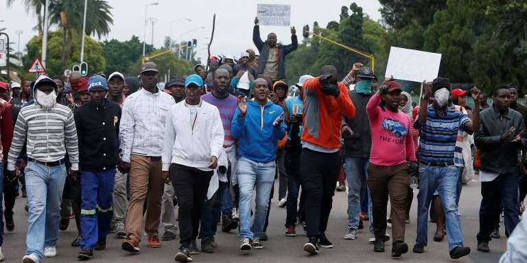 Des citoyens sud-africains crient des slogans lors d'une manifestation anti-immigrés organisée à Pretoria, la capitale, le 24 février 2017.