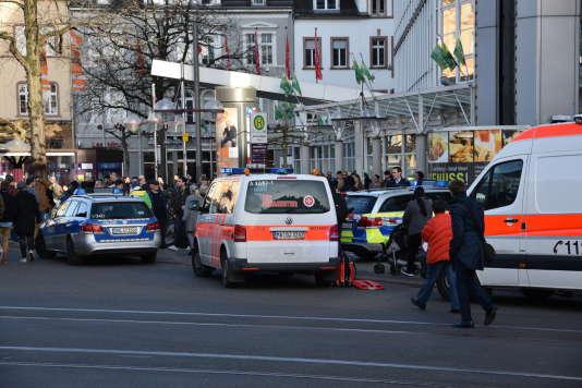Plusieurs ambulances dépêchées sur la place où un homme a foncé sur des passants, faisant trois blessés dont un grave, à Heidelberg (sud de l'Allemagne), le 25 février 2017.