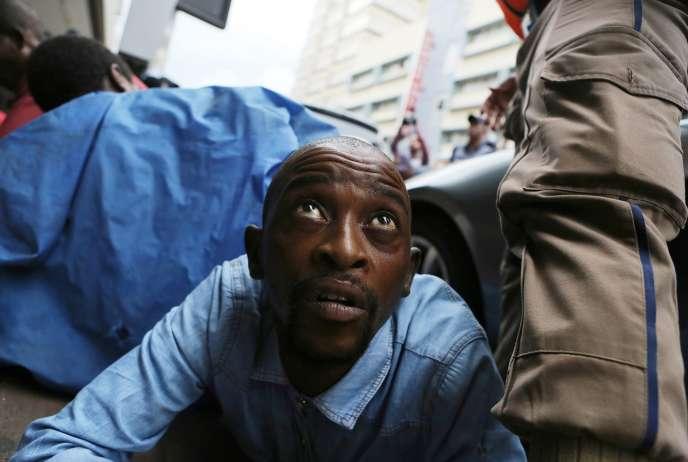«Qui est visé par cette maladie insidieuse qui ronge l'Afrique du Sud? Jusqu'à nouvel ordre, les ressortissants de pays d'Afrique ou d'Asie du Sud, qui ont en commun l'envie de vivre et de travailler dans le petit commerce, dans les quartiers les plus modestes». (Photo : Des policiers anti-émeutes interviennent lors d'unemarche anti-immigrés, à Pretoria (Afrique du Sud), le 24 février).