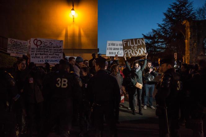 Une trentaine de militants manifestent près du meeting de François Fillon, à Maisons-Alfort (Val-de-Marne), le 24février.