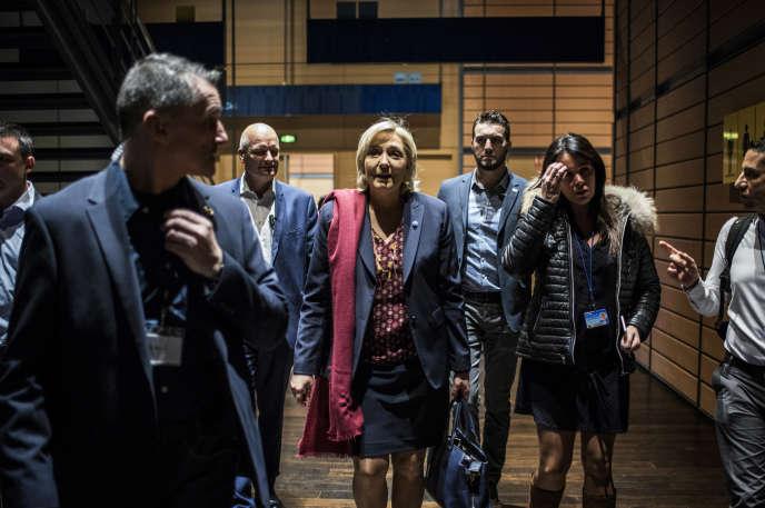 Marine Le Pen, entourée de son garde du corps Thierry Légier (à sa droite) et de sa chef de cabinet Catherine Griset, à Lyon, le 4 février.