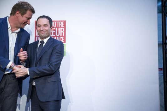 Benoît Hamon et Yannick Jadot parlent devant la presse au quartier général de campagne de Benoît Hamon à Paris, dimanche26février2017.