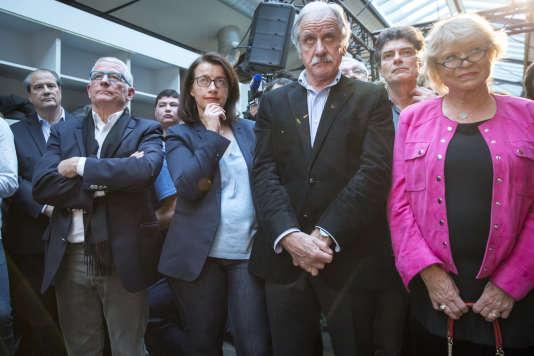Jean-Christophe Cambadélis, Pierre Cohen, Cécile Duflot, Noël Mamère, Pascal Durand et Eva Joly assistent à la rencontre entreBenoît Hamon etYannick Jadot au quartier général de campagne de Benoît Hamon, à Paris, dimanche26février2017.