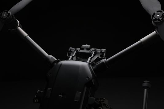 Le M200 peut embarquer une nacelle porte-caméra dans sa partie supérieure