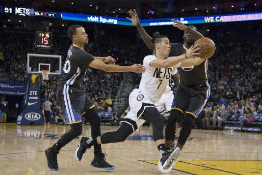 Jeremy Lin (au centre) est le premier Américain d'origine asiatique à s'être imposé en NBA. Ici, lors d'un match des Brooklyn Nets contre les Golden State Warriors, samedi 25 février, à Oakland (Californie).