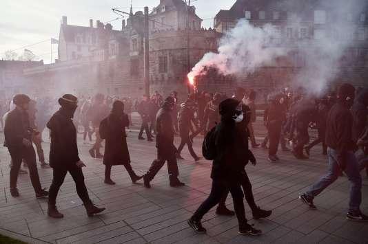 Des manifestants dans le centre-ville de Nantes, le 25 février.