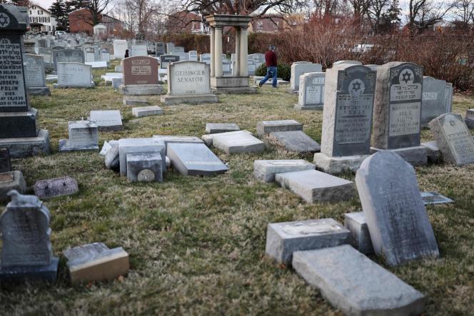 Les tombes vandalisées du cimetière de Philadelphie, le 26 février.