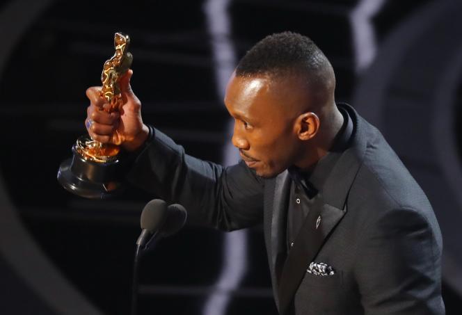 Mahershala Ali reçoit son Oscar, le 26 février 2017.