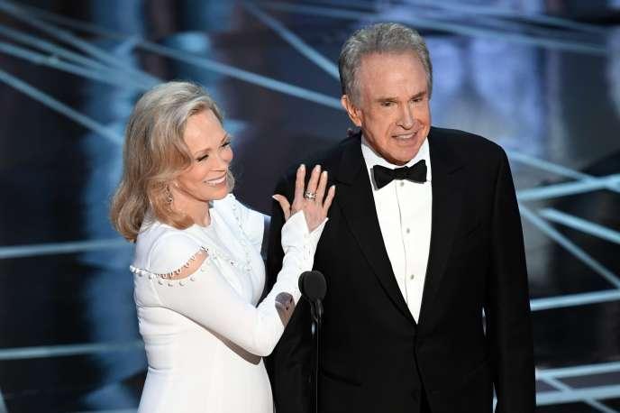 Les deux stars d'Hollywood, Warren Beatty et Faye Dunaway, ouvrent l'enveloppe qui va clôturer la cérémonie.