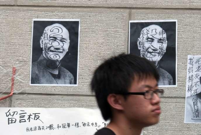 Sur les murs de Taipei, des portraits de l'ancien dictateur Tchang Kaï-chek portant l'inscription « 2.28 », en référence au massacre du 28 février 1947.