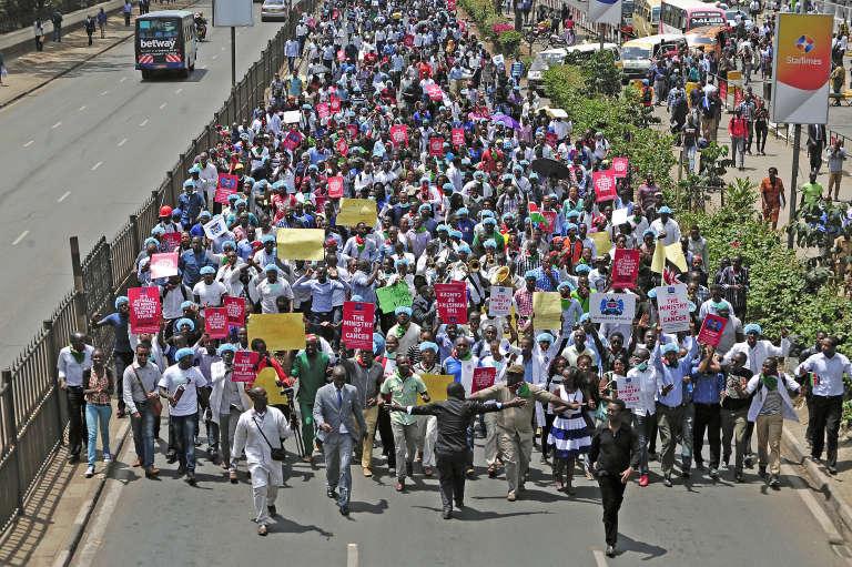 Le 30 janvier 2017, à Nairobi, manifestation des médecins et des infirmières, en grève depuis début décembre 2016, pour demander une hausse des salaires au gouvernement.