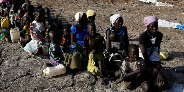 Des femmes et des enfants se font enregistrer pour bénéficier de la distribution de nourriture organisée par le Programme alimentaire mondial à Thonyor, au Soudan du Sud, le 26 février 2017.