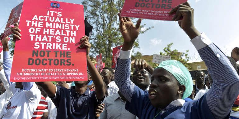 Manifestation, le 26 janvier 2017, à Nairobi, de médecins et d'infirmières. En slogan «C'est le minstère de la santé qui est en grève, pas les médecins.»