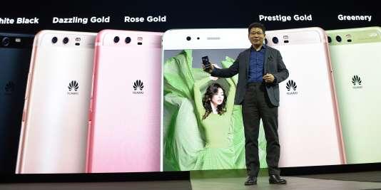 Le président de Huawei Richard Yu lors de la présentation du modèle P10 de sa compagnie à Barcelone le 26 février.