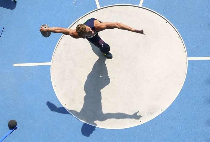 Kévin Mayer, au lancer du disque lors de la finale du décathlon aux Jeux Olympiques de Rio en 2016
