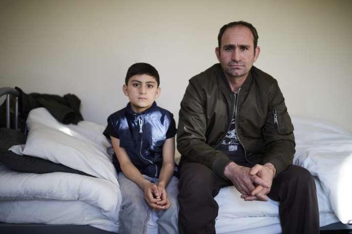 Wali Khan Norzai, 9 ans, et son père Said, 40 ans, réfugiés afghans dans leur chambre à Derby, 200 km au nord de Londres