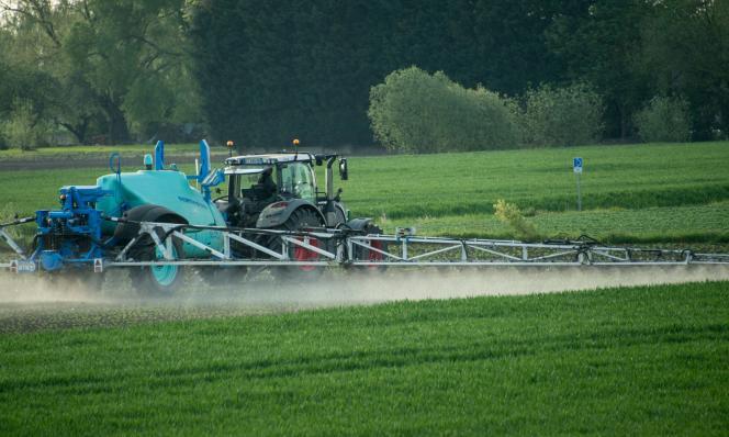 Epandage de pesticides dans un champ à Fromelles (Nord), en mai 2016.