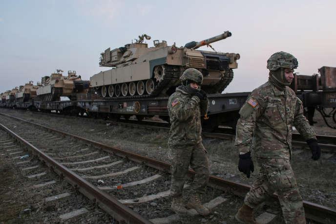 Soldats américains près de chars M1 Abrams, à Mihail Kogalniceanu Air Base, enRoumanie, le 14 février.