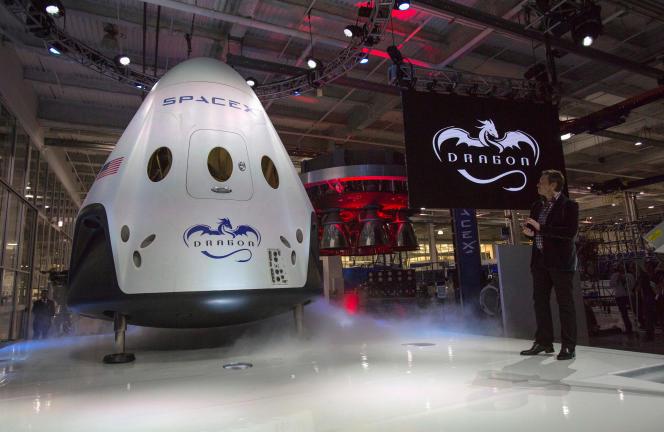 Présentation par le PDG de Space X Elon Musk du vaisseau spatial «Dragon V2», àHawthorne, en Californie, le 29 mai 2014.