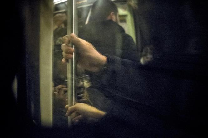 Les policiers utilisent souvent les reflets des vitres du métro pour repérer les «frotteurs».
